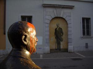 statua di Italo Svevo imbrattata, gennaio 2012