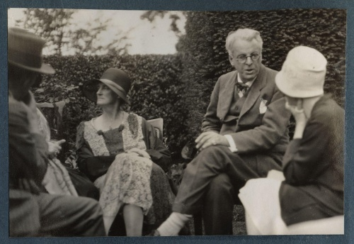 Yeats Walter_de_la_Mare,_Bertha_Georgie_Yeats_(née_Hyde-Lees),_William_Butler_Yeats,_unknown_woman_by_Lady_Ottoline_Morrell