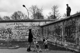 Berlino Ovest - mamma e bambino conversano con un militare di Berlino Est di guardia al Muro. Mario Dondero, Museo di Fotografia Contemporanea, ...