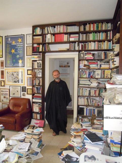 Gezim Hajdari nel suo studio