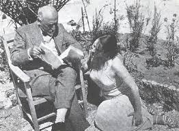 Luigi Pirandello legge un manoscritto a Marta Abba