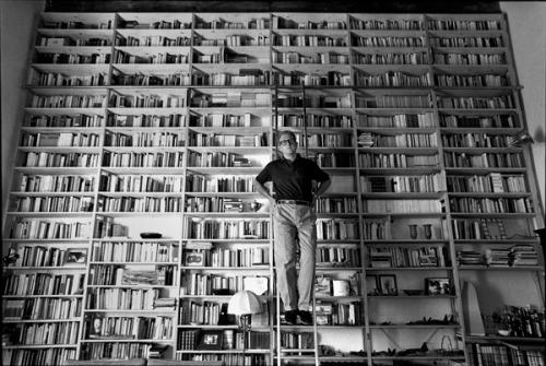 valerio magrelli con la libreria della sua abitazione a Roma