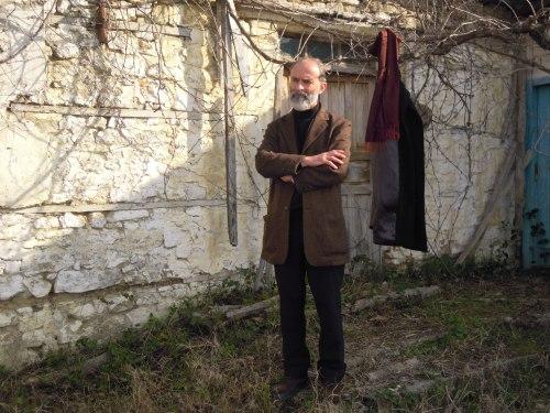 Gezim Hajdari 3 davanti la sua casa natale, nel villaggio Hajdaraj, povincia di Darsìa, Lushnje, Albania 2012