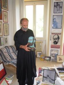 Gezim  Hajdari con la sua testa in ceramica, opera dell'artista Marica Bisacchi