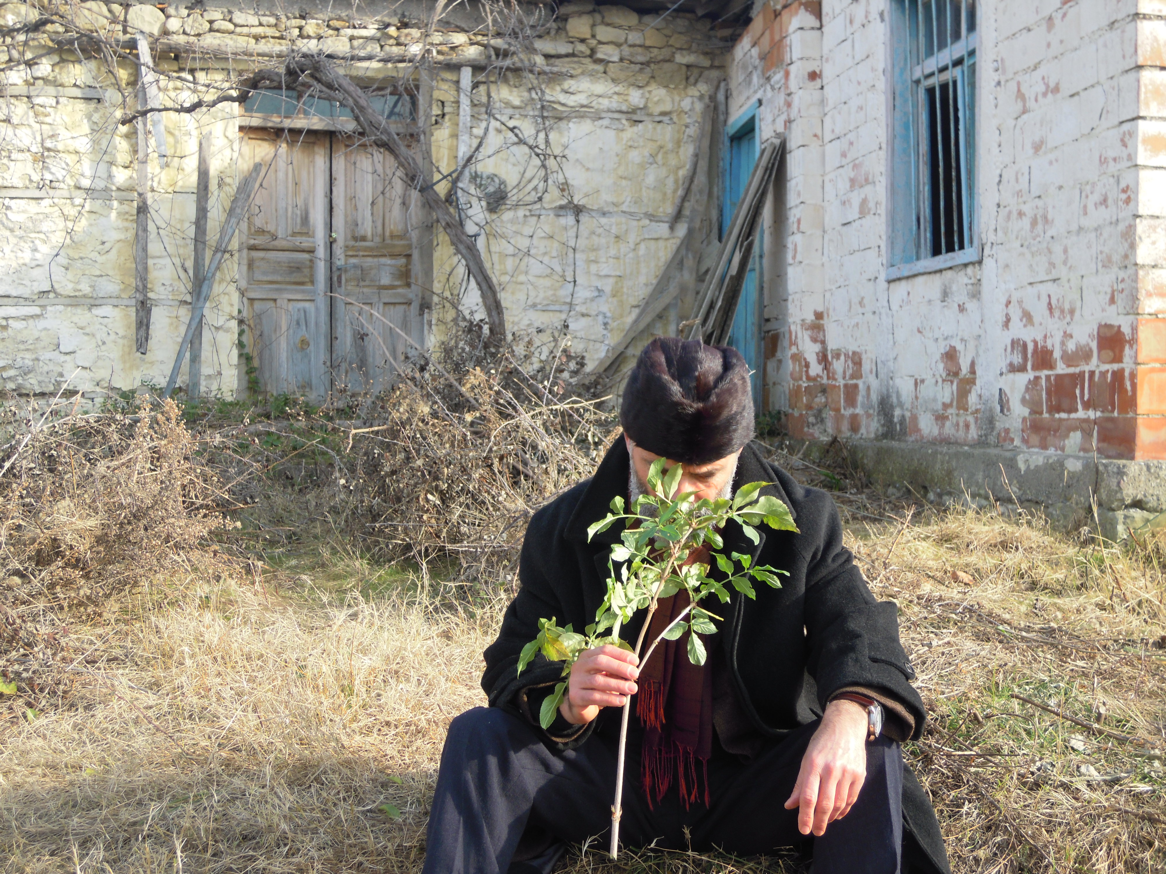 Gezim Hajdari davanti la sua casa natale, nel villaggio Hajdaraj, povincia di Darsìa, Lushnje, Albania 2012