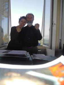 Gezim Hajdari nello suo studio con la sua compagna Iris