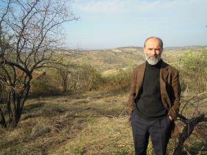 Gezim Hajdari sulle colline del villaggio natale