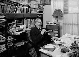 Paul Valéry nel suo studio