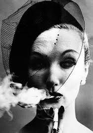 helmut newton modella che fuma