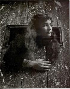 Joyce Mansour Cette jeune femme à la très étrange beauté sombre et exotique, fraîchement débarquée à Paris, aux cheveux de jais volontairement coiffée à l'égyptienne pour étonner