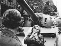 Praga Agosto 1968 i tank sovietici sono nelle strade di Praga una ragazza fischia gli invasori