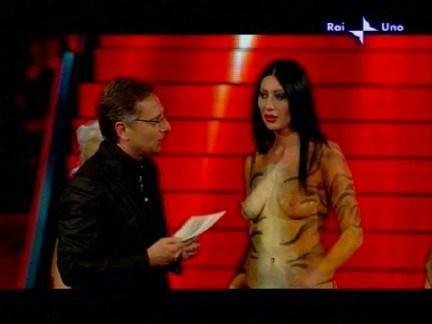 San Remo 2009 la pornostar Laura Perego ha fatto irruzione sul palco in perizoma e bodypainting