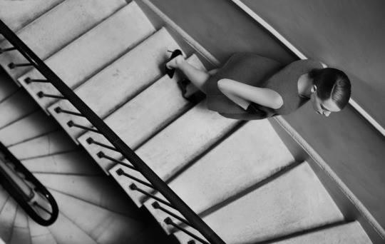 foto donna sale le scale