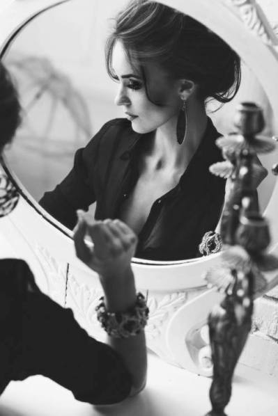 foto donna allo specchio in posa