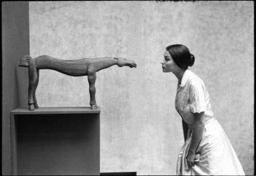 foto Eve Arnold, Silvana Mangano at the Museum of Modern Art, New York, 1956