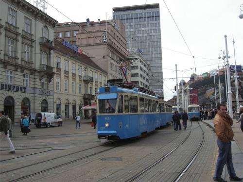 """Bora Cosic Ancora la Trg. Bana J. Jelacica con i tram a due assi 157 e 150 sulla linea """"11"""""""