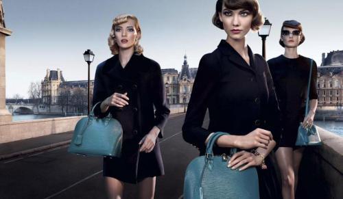 foto ipermoderno Louis Vuitton on the bridge