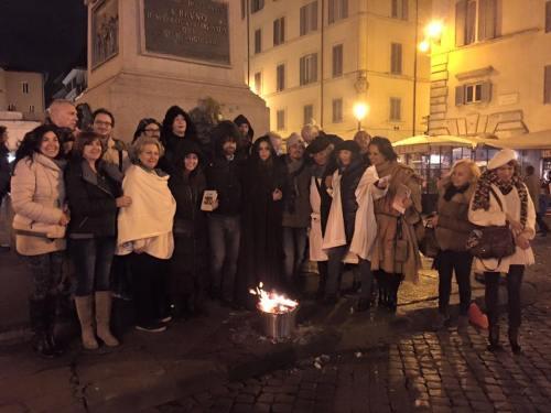 Giorgio Linguaglossa con i mitomodernisti Roma Campo de' Fiori 13 febbraio 2016
