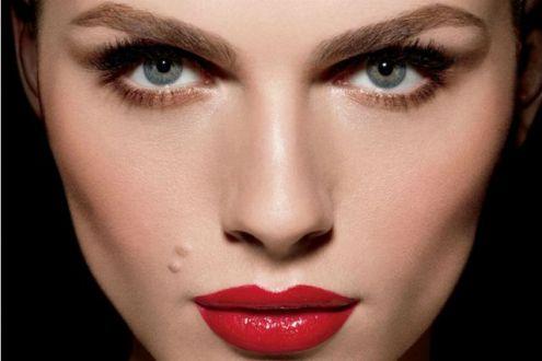 Andreja-Pejicu-la-prima-modella-transgender-volto-di-Make-Up-For-Ever-VIDEO