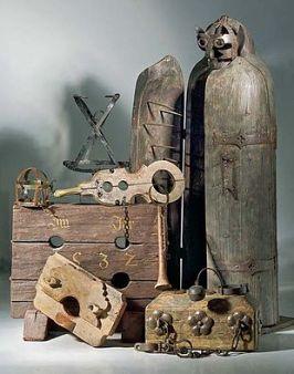 Anna Ventura Strumenti di tortura; sulla destra una vergine di Norimberga