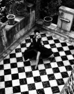 foto donna con pavimento a scacchi