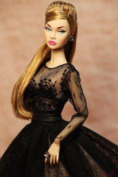 Foto doll con vestito nero