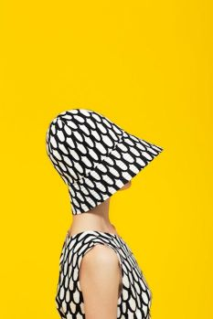 Foto giallo sfondo con femme and hat