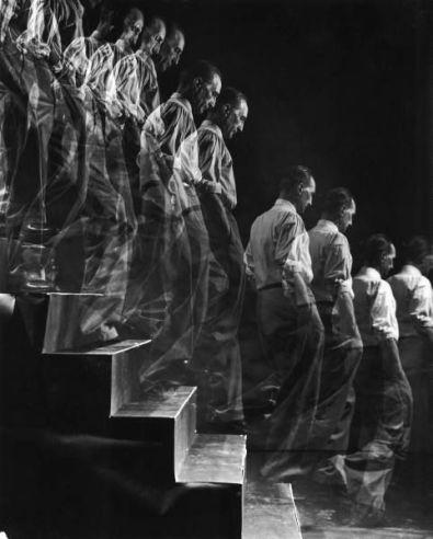Foto uomini che scendono le scale