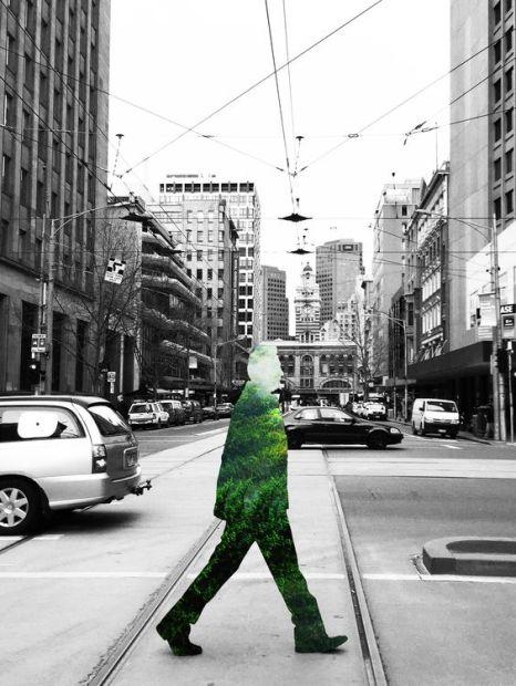 Foto uomo verde sulla strada