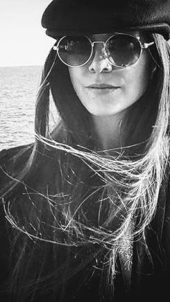 Alejandra col basco bianco e nero