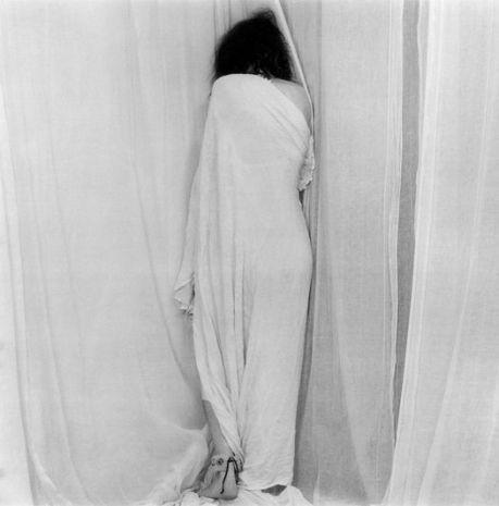 Foto Robert Mapplethorpe donna entra nei veli