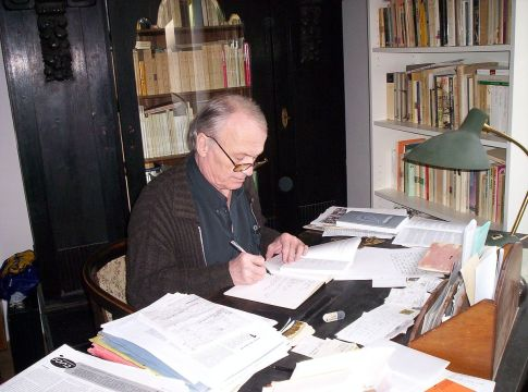 Petr_Král_04,in_his_study