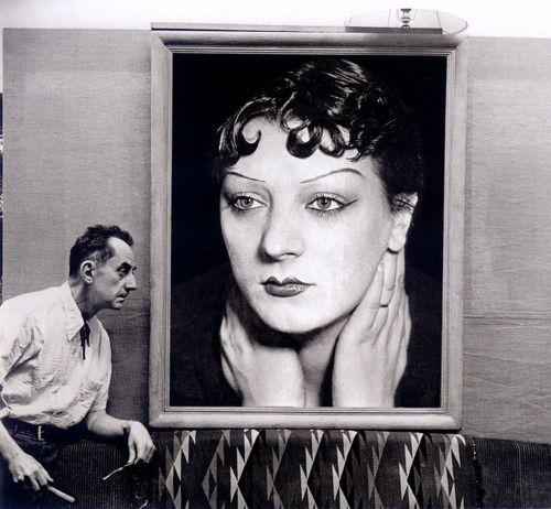 Man Ray devant un portrait de Kiki des années 1930 - 1954 /Michel Sima /sc