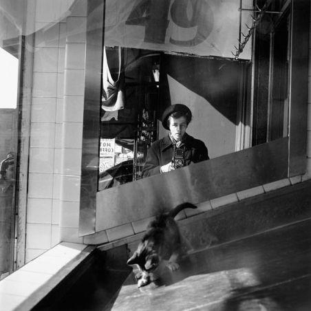 Foto Vivian mayer in ascensore metallico