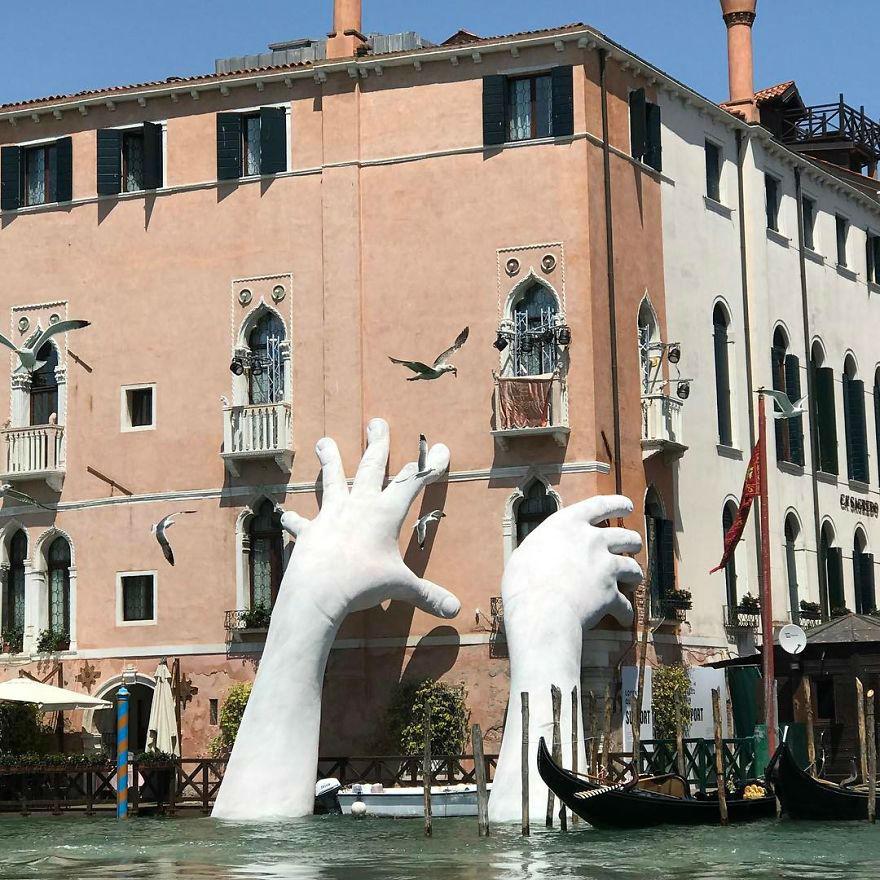 Foto-Lorenzo-Quinn-Raises-Awareness-on-Global-Warming-Dangers-with-Giant-Hand-Sculpture-07
