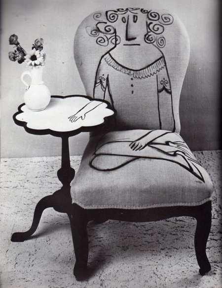 Foto donna disegnata sulla sedia