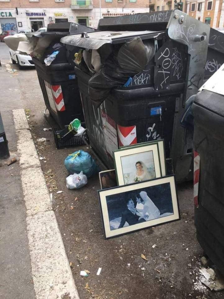 Foto Roma cassonetti con sposini