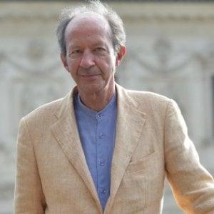 Giorgio Agamben in giacca chiara