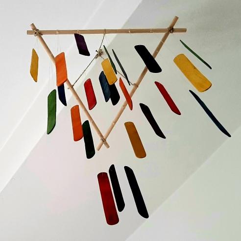 Marie Laure Colasson Scultura aerea, legamenti e cartoni colorati, 2018