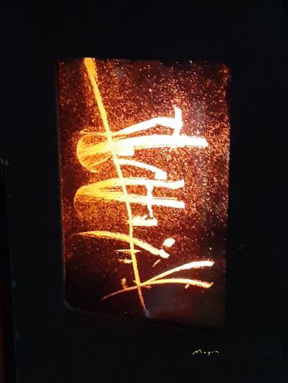 Lucio Mayoor Tosi Segni astratti sulla fuliggine retrostante il vetro della stufa pellet.